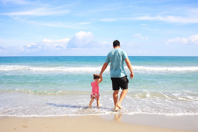 Ojciec z córką na morskiej plaży